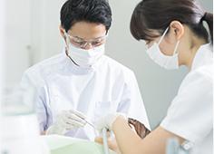 通常、歯並びが悪い場合には歯列矯正をして治します